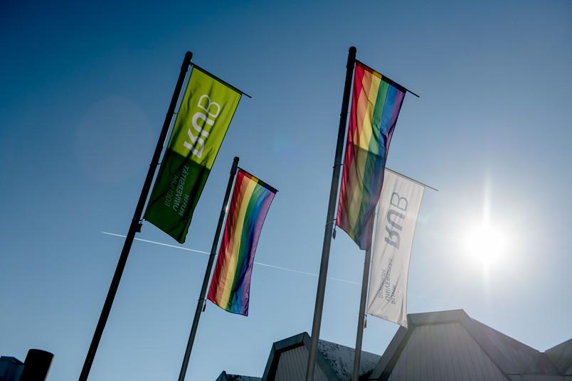 """<div> Am """"Coming-out-day"""" sind Regenbogenflaggen auf dem Campus zu sehen.</div>"""