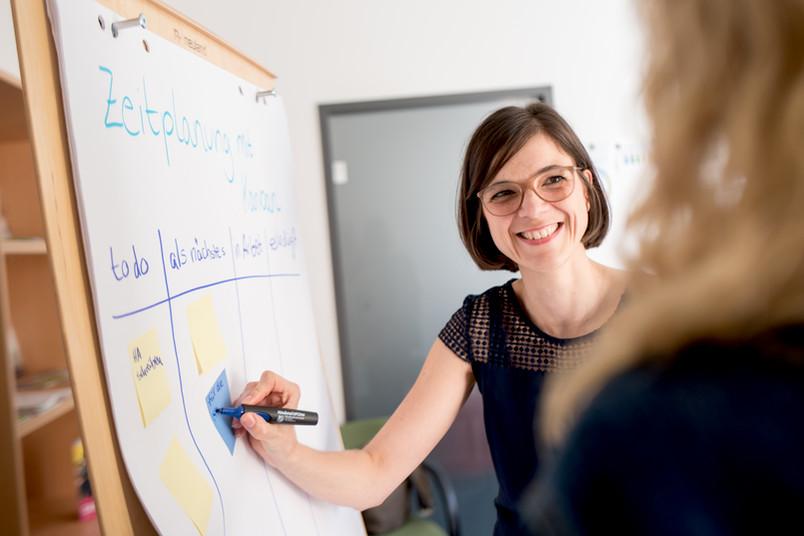 <div> Pia Henneken von der Zentralen Studienberatung unterstützt Studierende beim Einstieg ins Studium.</div>