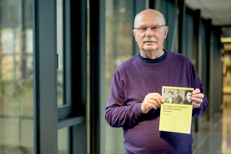 Mann um die 80 präsentiert sein neues Buch