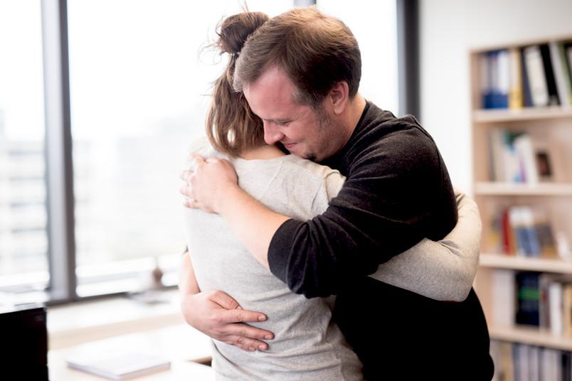 Zwei Menschen umarmen sich.
