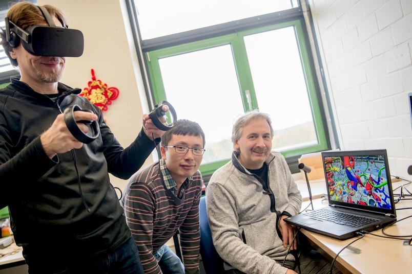 Drei Forscher mit Virtual-Reality-Brille