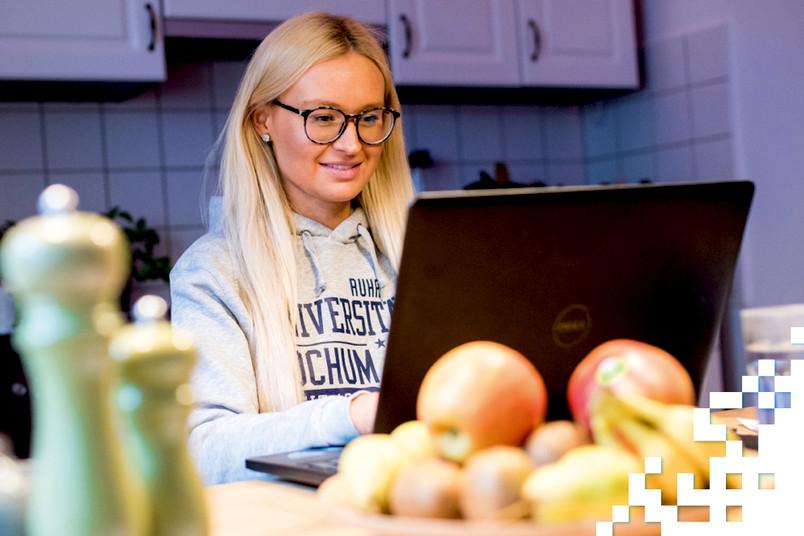Studentin am Küchentisch