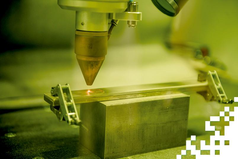 <div> Ein Laser erhitzt Edelstahlpulver, das an eine bestimmte Stelle geschossen wird, auf rund 1.600 Grad Celsius.</div>