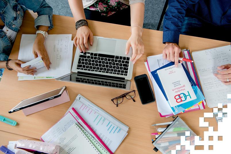 Tablet, Smartphone, PC sowie Lehrbücher