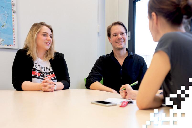 Zwei Studierende im Gespräch