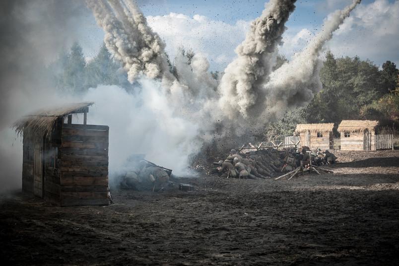 Kriegsschauplatz mit Soldaten und zerstörten Gebäuden