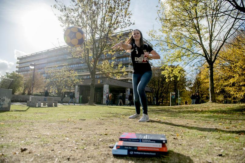 Studentin wirft einen Ball