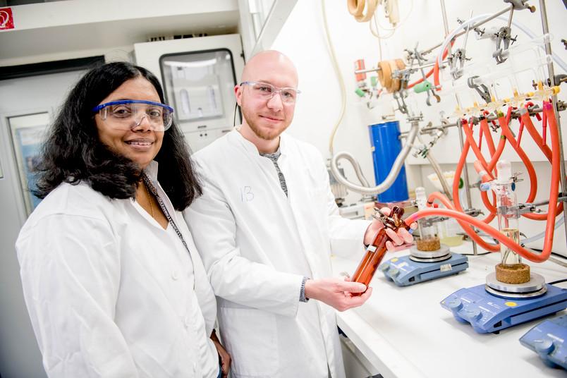 Anjana Devi und Nils Boysen im Labor in Bochum