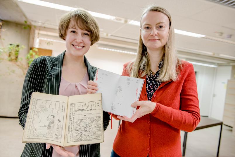 Zwei Frauen mit Schriften in der Hand