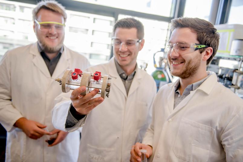 Forscherteam mit Elektrolysezelle