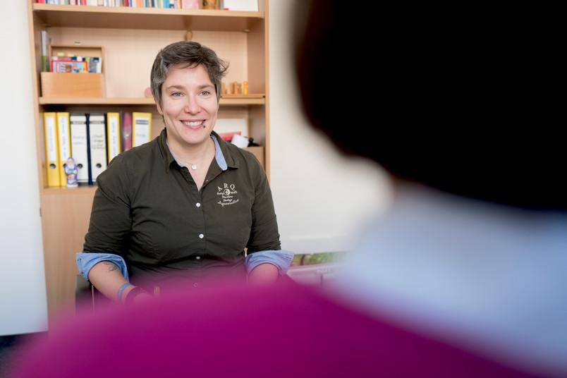 <div> Julia Schmidt berät Studierende in Finanzierungsfragen.</div>