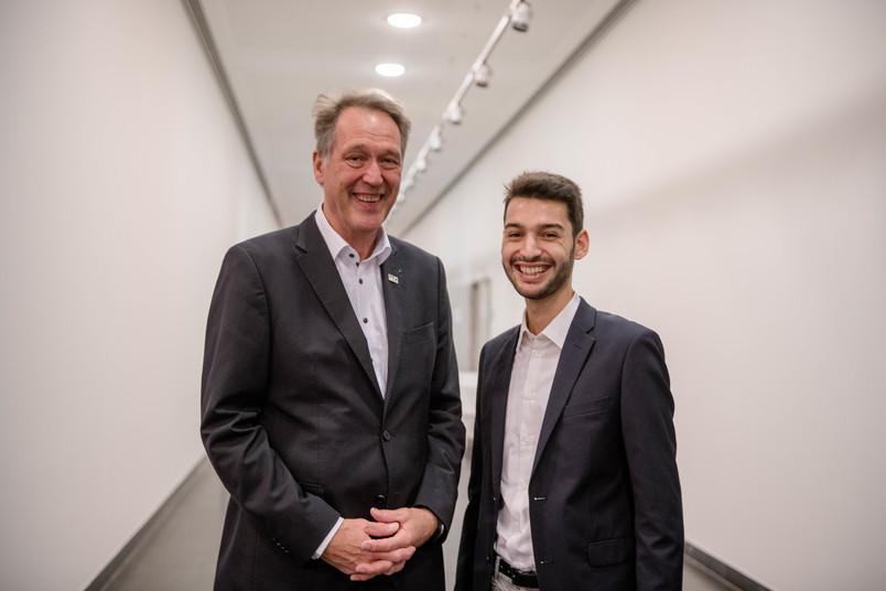 Student und Rektor Schölmerich nach einer Preisverleihung
