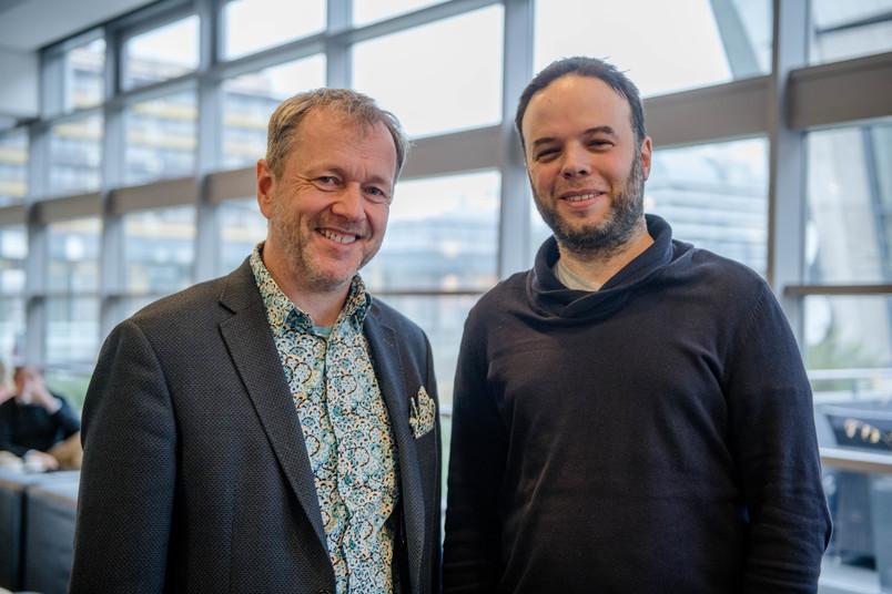Zwei Wissenschaftler nebeneinander