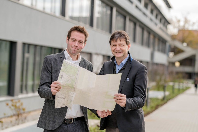 Zwei Forscher mit einer Karte