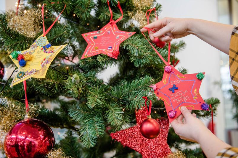 Sterne an einem Weihnachtsbaum