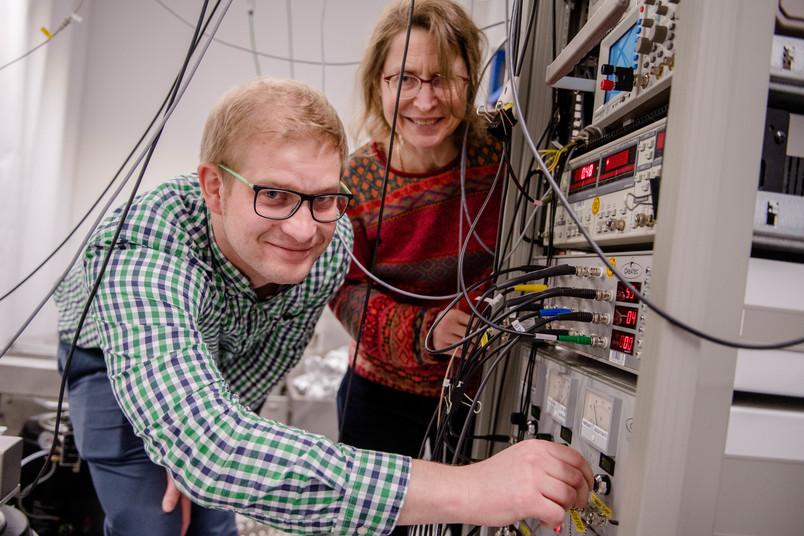 Zwei Forscher mit Messgerät