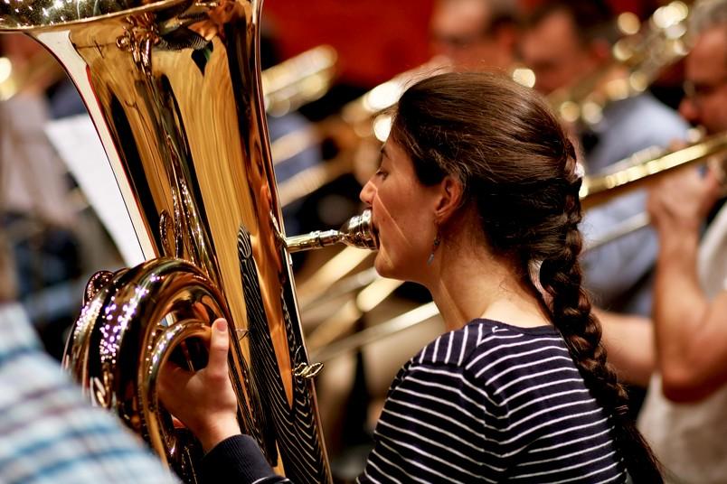Eine junge Frau spielt Tuba.
