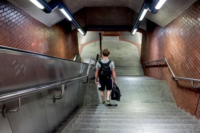 Ein Mann läuft eine Treppe zu einer U-Bahn-Station hinunter.