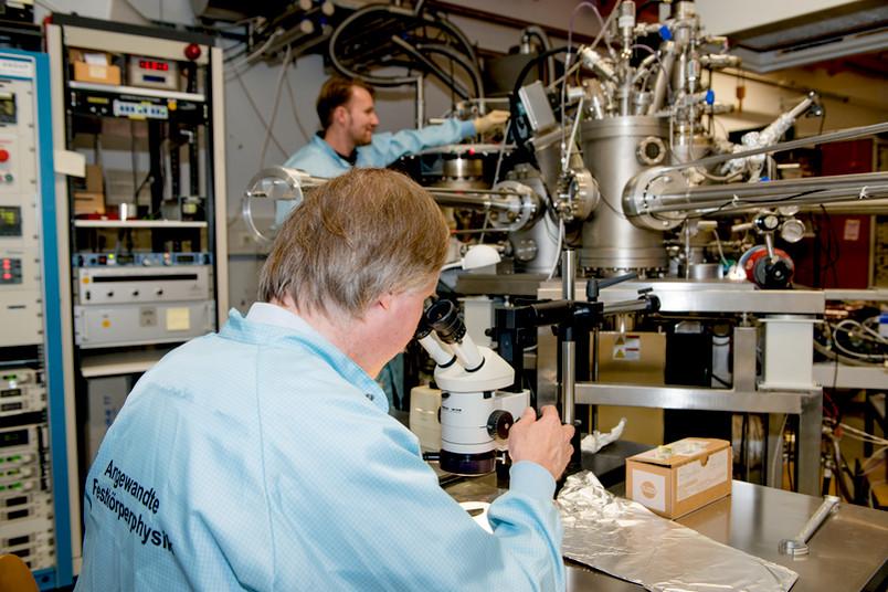 Forscher im Labor von hinten