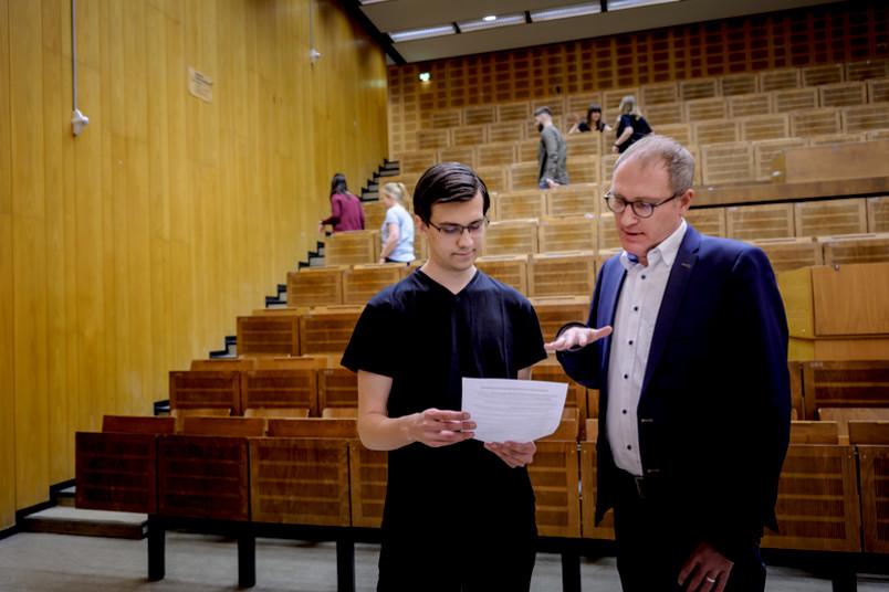 Student fragt Joachim Wirth im Hörsaal um Rat.