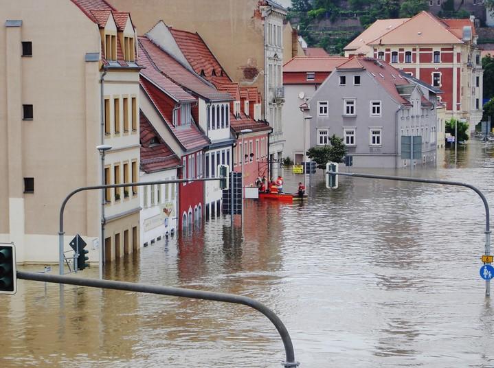 Hochwasser in einer Stadt.