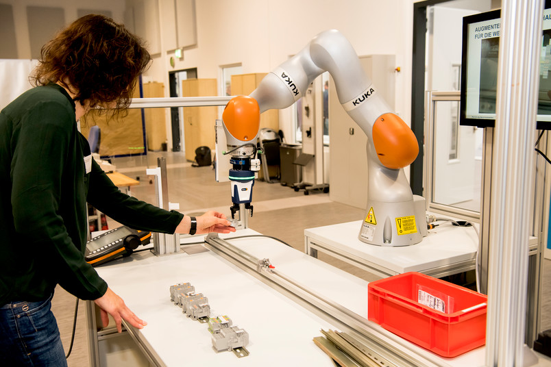 In der Lern- und Forschungsfabrik der RUB haben 20 Betriebsräte mit ihrem Studium begonnen – unter ihnen Birgit Bäumker, die hier Hand anlegt.
