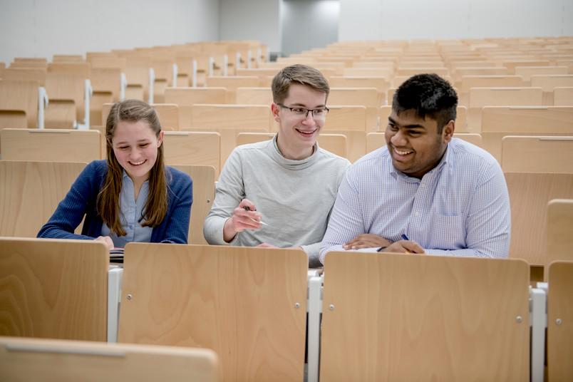 <div> Schon in der Schulzeit können Jugendliche viele Veranstaltungen an der RUB besuchen.</div>