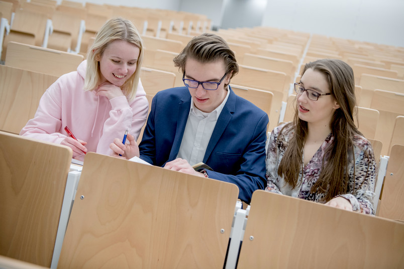 <div> Schon in der Schulzeit können Jugendliche Vorlesungen an der RUB besuchen.</div>