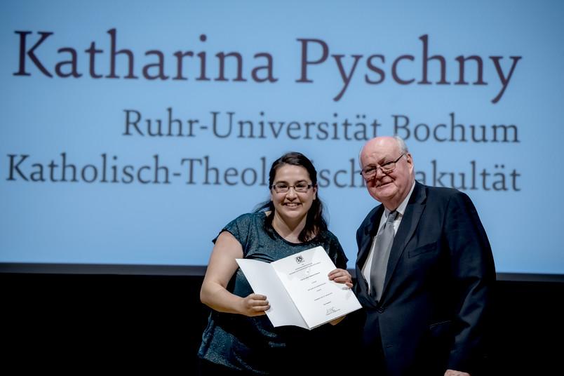 Katharina Pyschny erhält in Düsseldorf die Aufnahmeurkunde vom Präsidenten der Akademie, Prof. Dr. Wolfgang Löwer.