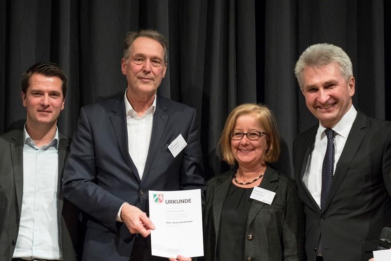 Die Bochumer Delegation um Marc Seelbach, Rektor Axel Schölmerich und Susanne Schult (von links) mit NRW-Wirtschaftsminister Andreas Pinkwart