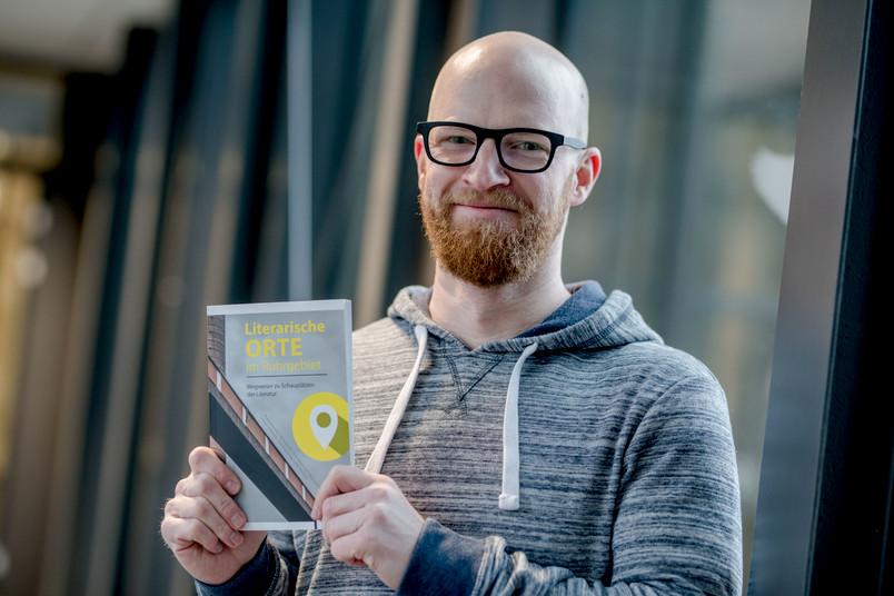 Student präsentiert Buch