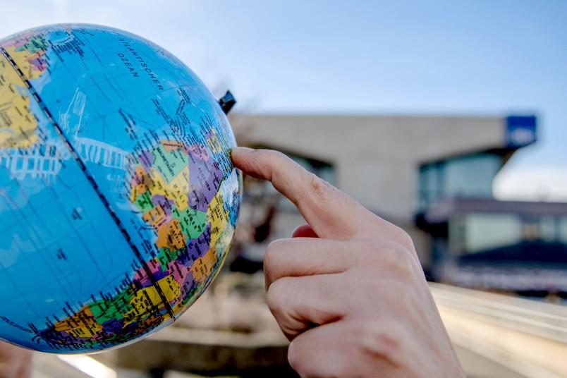 Hände halten ein Globus