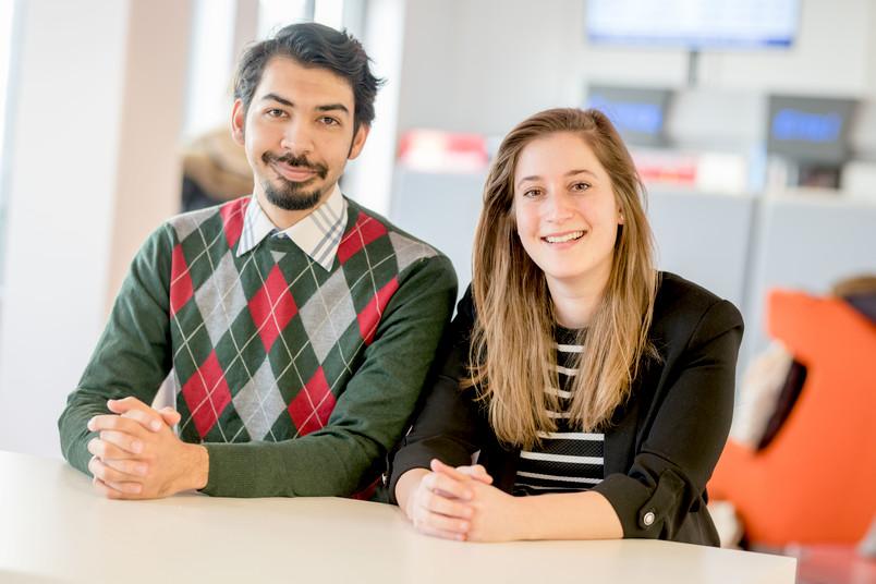 Zwei Studierende sitzen nebeneinander.