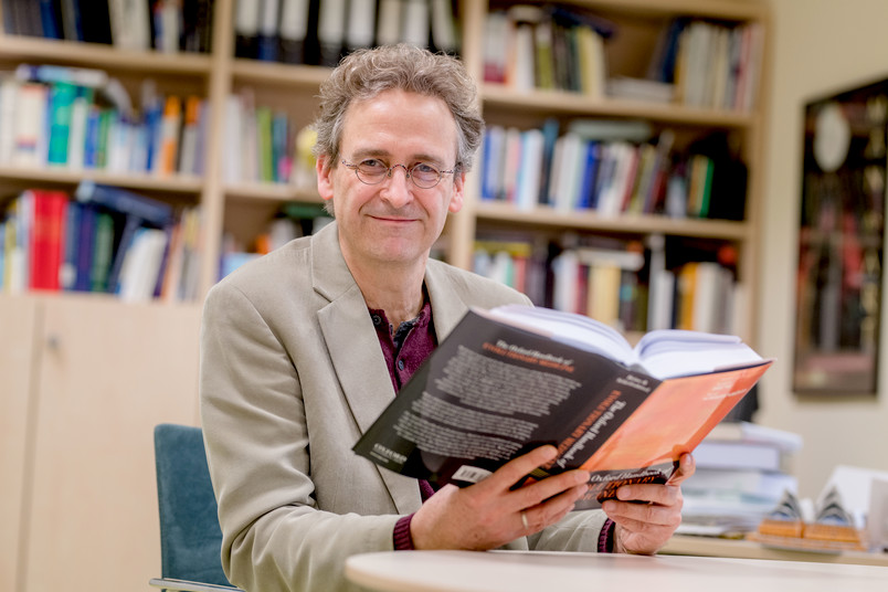 Martin Brüne mit dem Oxford Handbook of Evolutionary Medicine