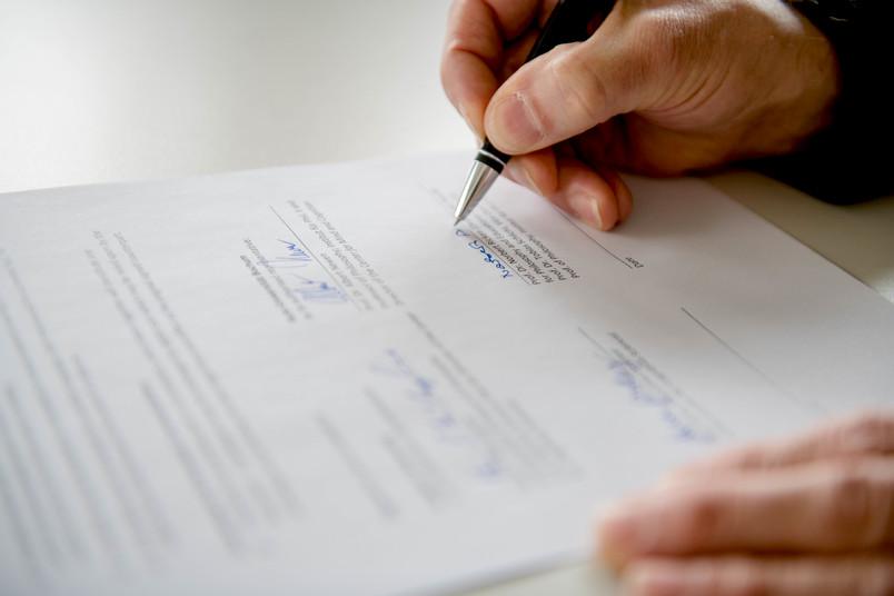 Unterschrift wird geleistet