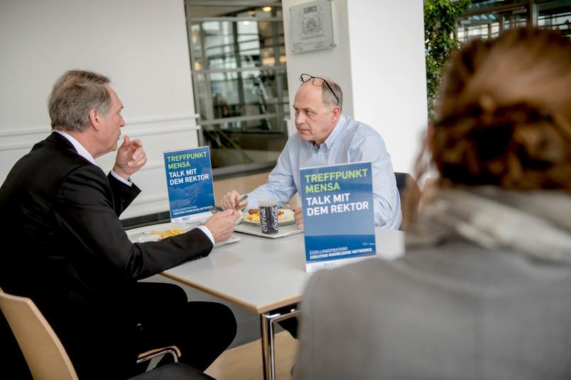 Auftakt beim Treffpunkt Mensa: Willi Dreckmann, Werkstatt-Leiter der Fakultät für Psychologie (rechts), im Gespräch mit Rektor Axel Schölmerich