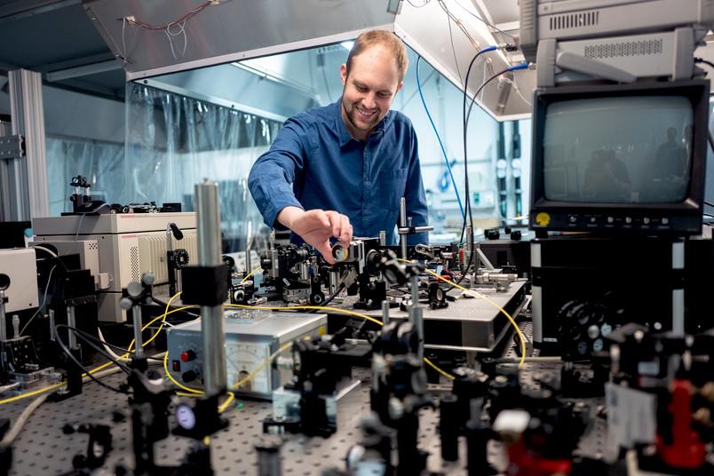 Forscher mit Experimentalaufbau