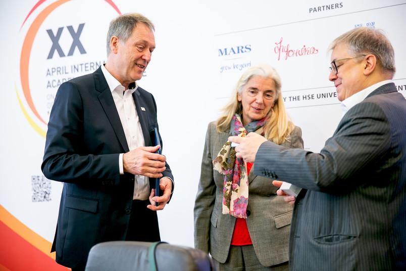 NRW-Wissenschaftsministerin Isabel Pfeiffer-Poensgen mit den Kooperationspartnern: Die Rektoren Axel Schölmerich (links) und Yaroslav Kuzminov haben die deutsch-russische Zusammenarbeit in mehreren Fächern vertieft.