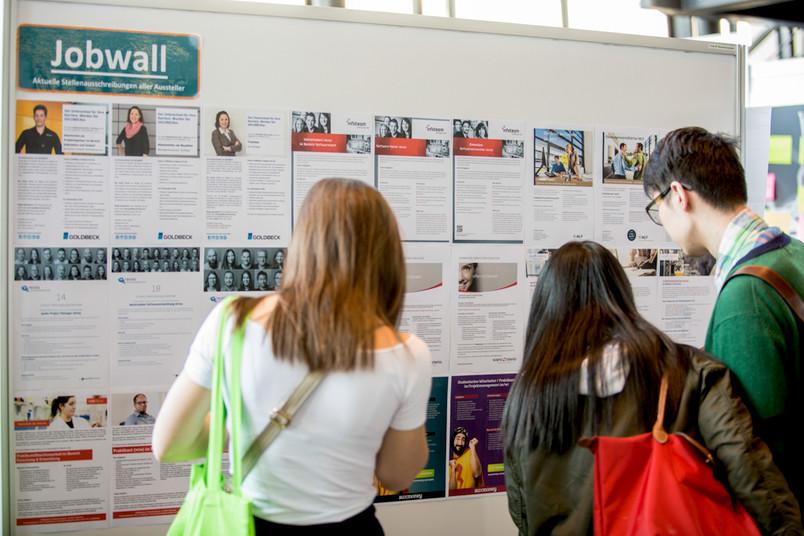 Studierende vor einer Pinnwand