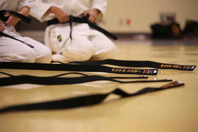 Karatekämpfer/innen zwischen den Wettkämpfen
