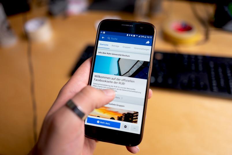 Hand nutzt Smartphone