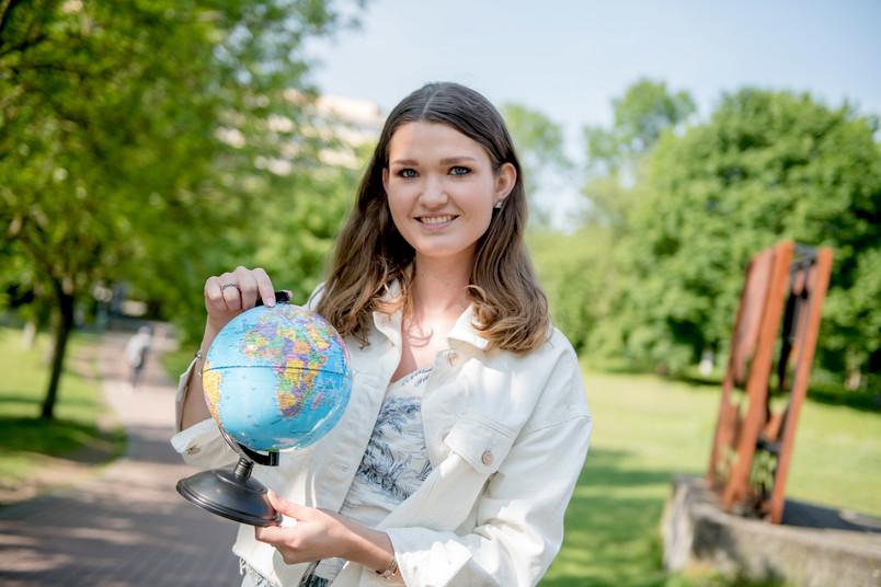 Studentin mit Globus