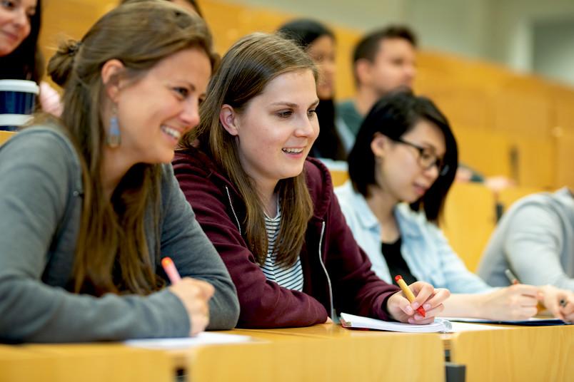 <div> In Vorkursen können sich die neuen Studierenden optimal auf ein Studium vorbereiten.</div>