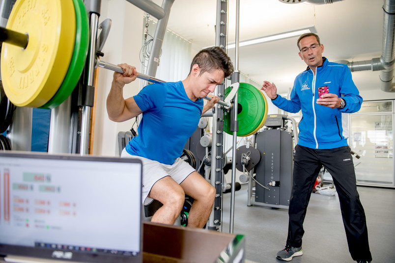 Sportler stemmt ein Gewicht