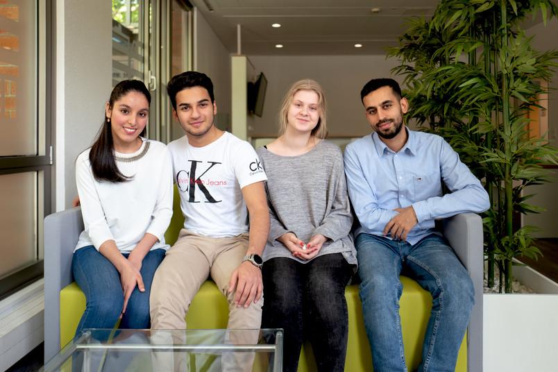 <div> Die Talente Yasmina, Amir, Polina und Aiman (von links nach rechts) moderieren die Veranstaltung.</div>