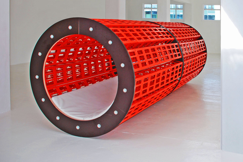 Modernes Kunstwerk, rote Röhre