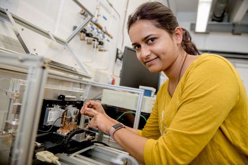 Forscherin mit hacuhdünner Elektrode in der Hand