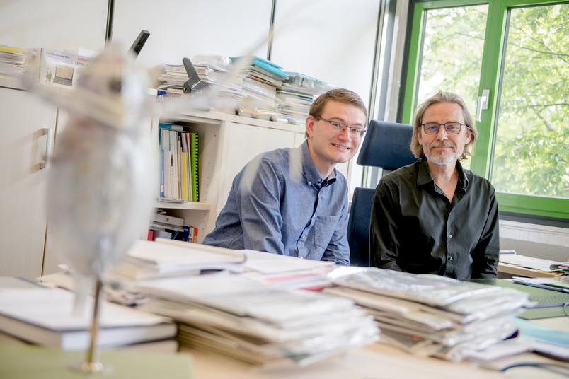 Zwei Forscher am Schreibtisch
