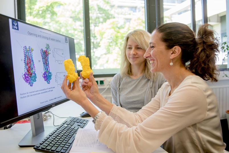 Zwei Forscherinnen mit Molekülmodellen