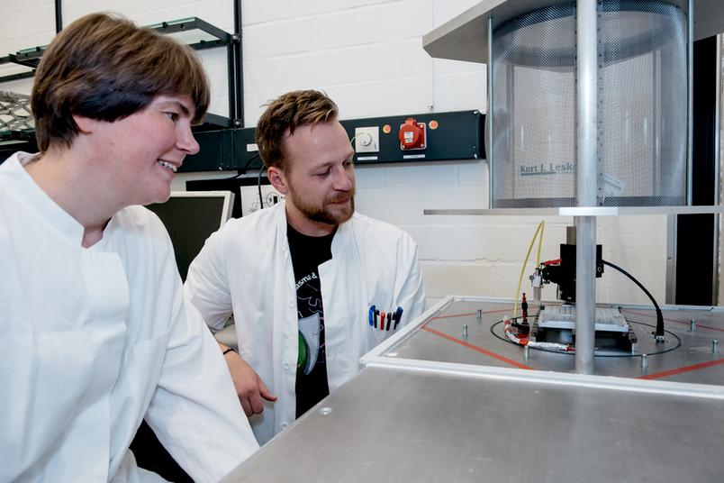 Eine Forscherin und ein Forscher im Labor